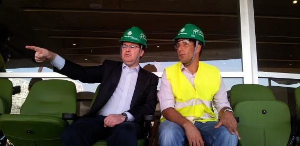 Rogério Dezembro (esq.), diretor da WTorre, mostra o novo estádio do Palmeiras a Edmundo - Mauricio Duarte/UOL