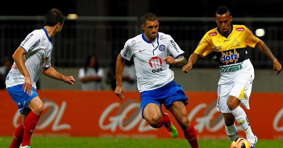 11.set.2013 - Jogadores de Bahia e Criciúma disputam lance durante jogo pelo Campeonato Brasileiro