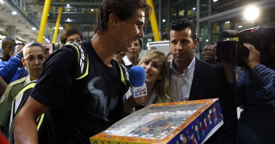 11.set.2013 - Rafael Nadal ganha bolo com sua própria foto ao chegar à Espanha após conquistar o Aberto dos EUA