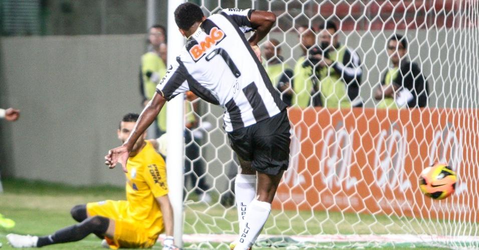 12.set.2013 - Jô chuta para anotar gol do Atlético-MG sobre o Coritiba pelo Brasileiro