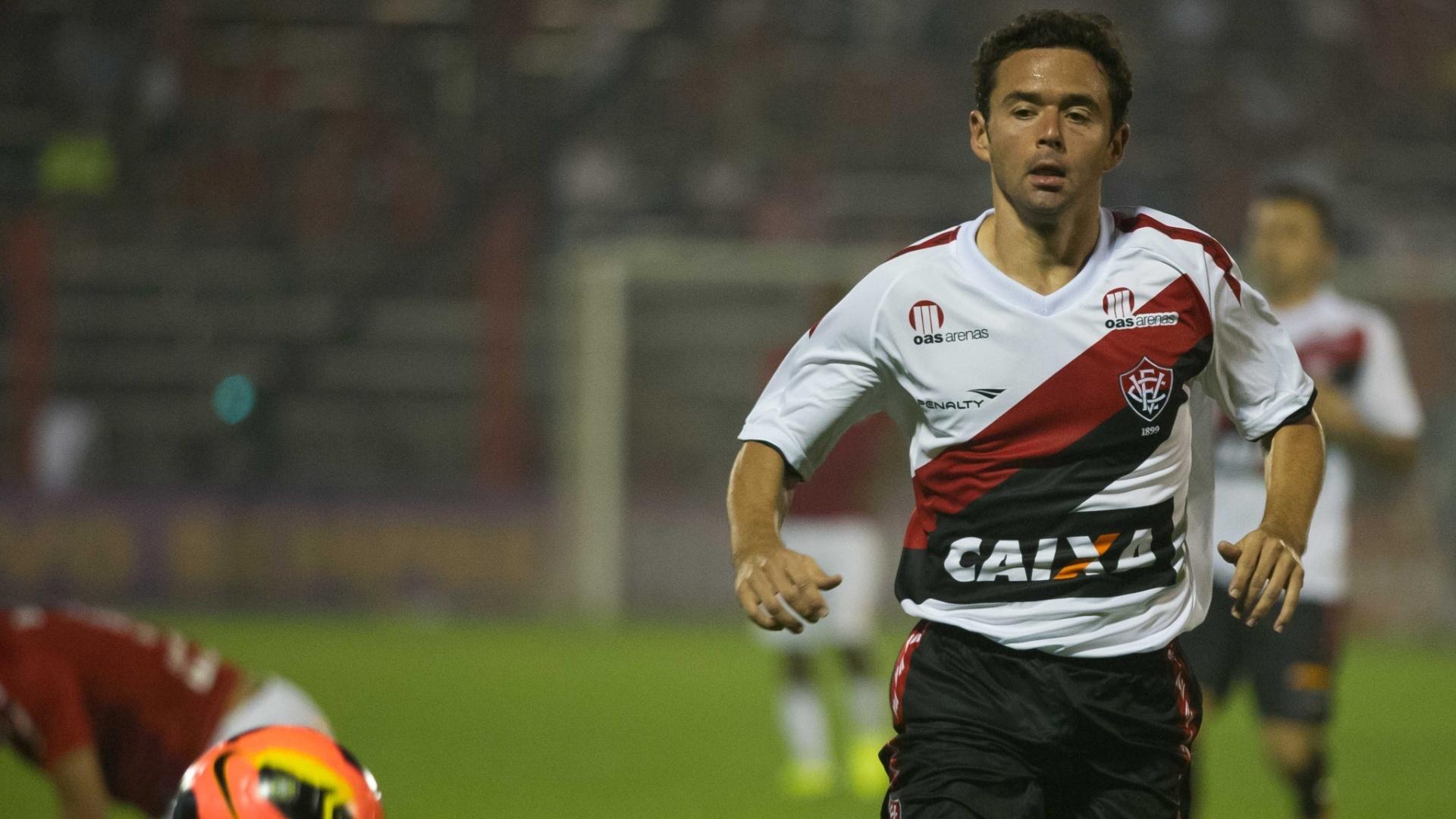 12.set.2013 - Juan, lateral do Vitória, tenta dominar a bola durante jogo contra o Inter pelo Brasileirão