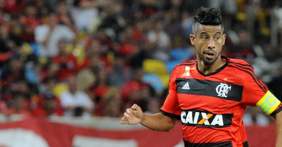 12.set.2013 - Léo Moura, lateral do Flamengo carrega a bola durante jogo contra o Santos pelo Brasileiro