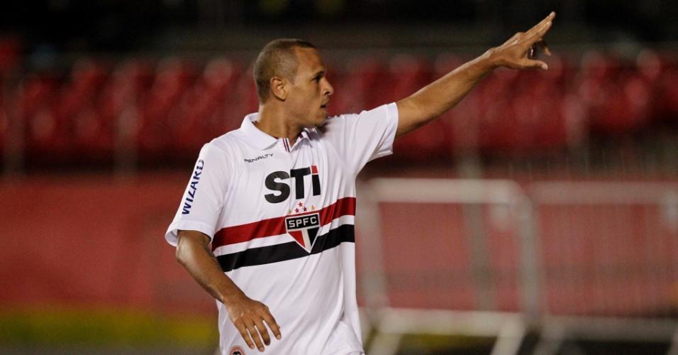 12.set.2013 - Luis Fabiano comemora gol do São Paulo sobre a Ponte Preta pelo Brasileirão