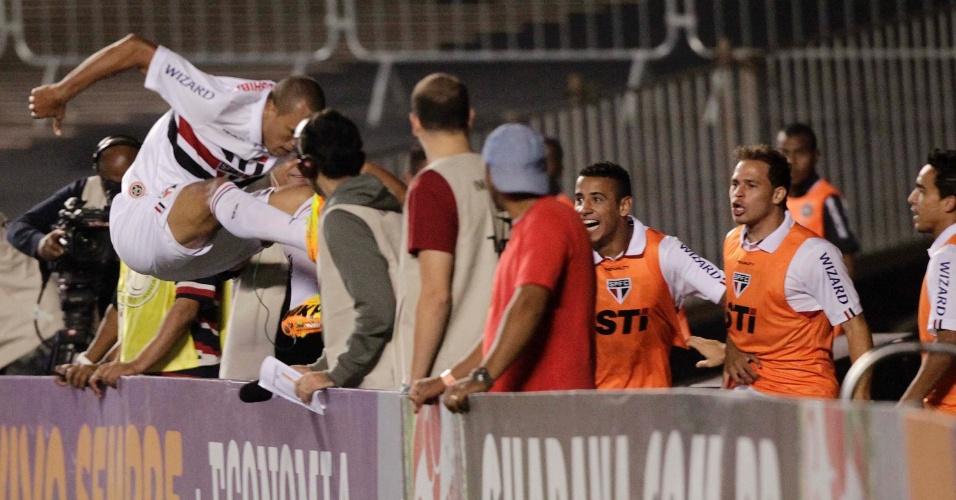 12.set.2013 - Luis Fabiano pula para comemorar o gol do São Paulo sobre a Ponte Preta no Morumbi pelo Brasileirão