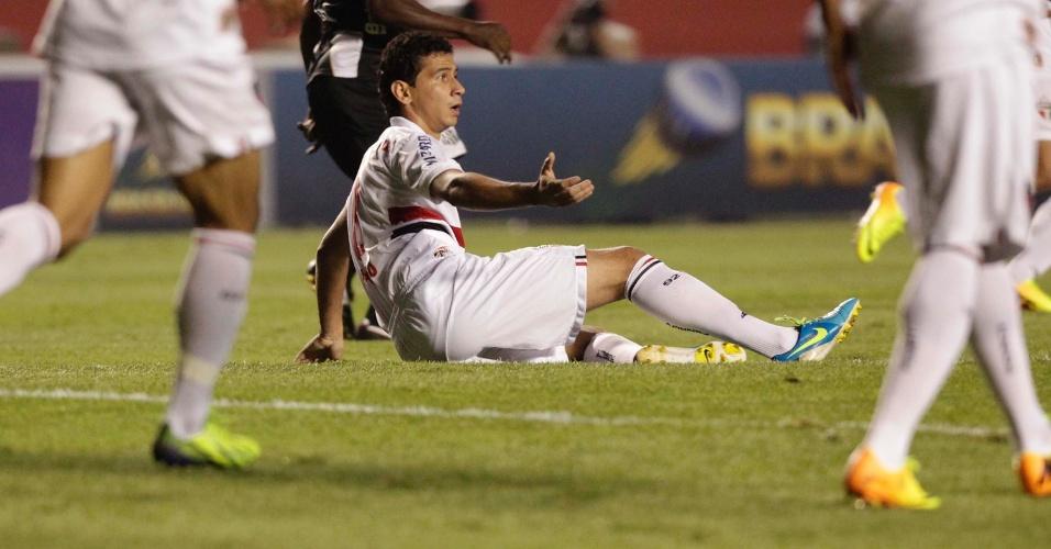 12.set.2013 - Paulo Henrique Ganso, meia do São Paulo, reclama de falta durante jogo contra a Ponte Preta