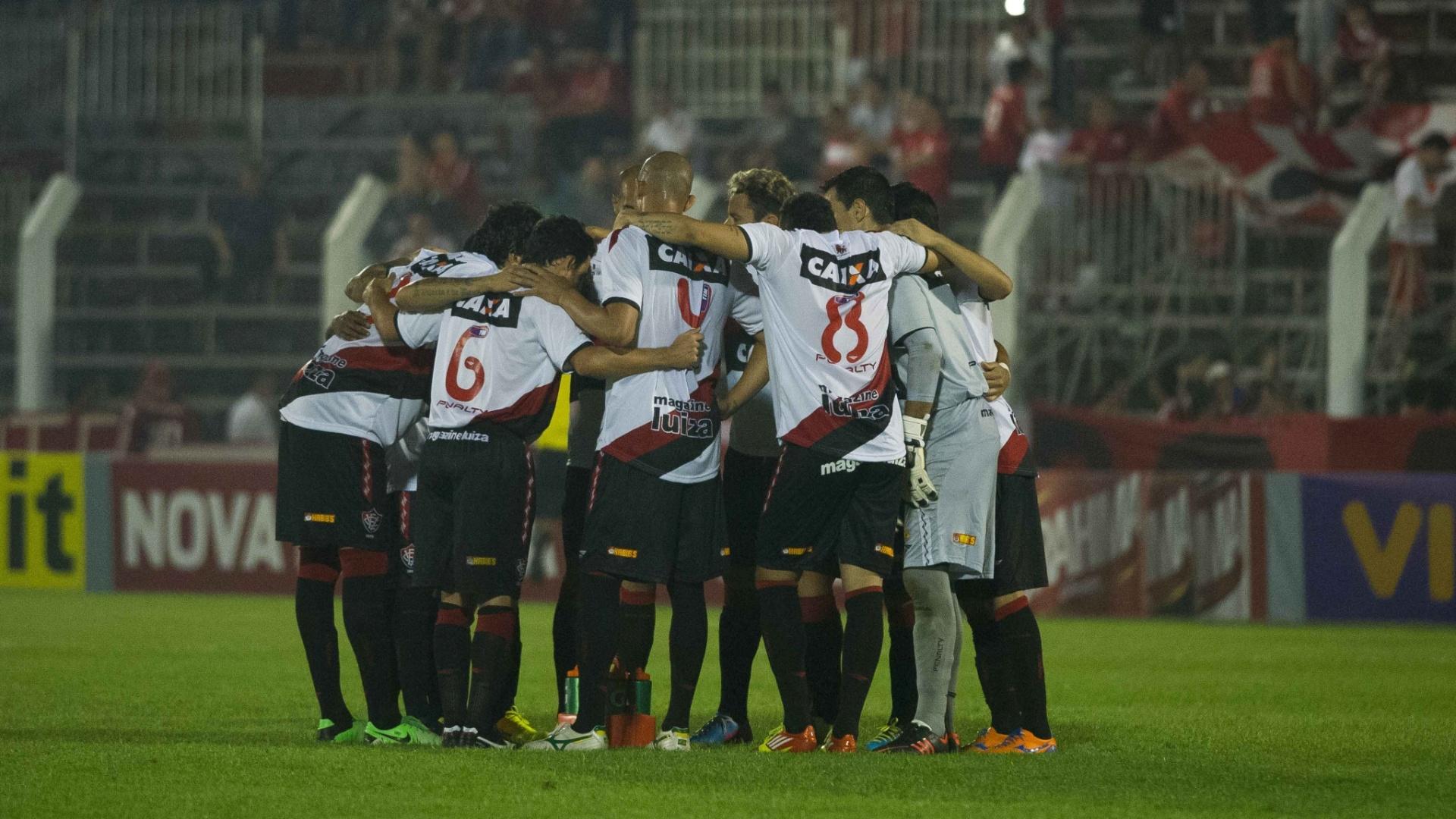 12.set.2013 - Time do Vitória se reúne no meio de campo antes de partida contra o Internacional pelo Brasileirão