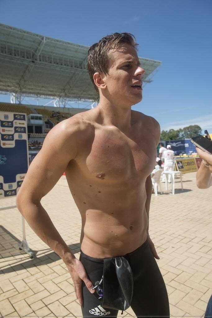 Cesar Cielo nada a eliminatória dos 50 m livre no Parque Aquático Maria Lenk.