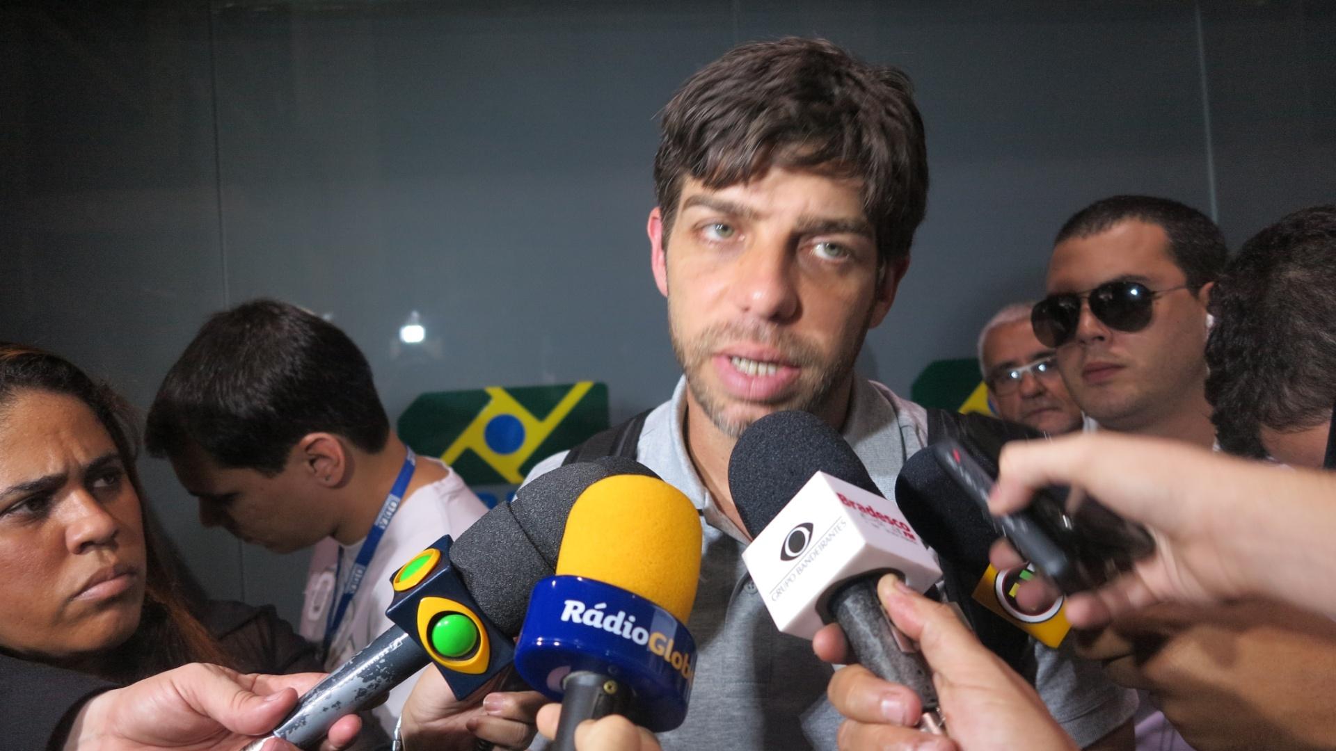 Juninho atende os jornalistas no desembarque do Vasco no Rio de Janeiro (12/09/2013)