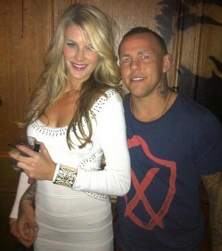 Lutador britânico Ross Pearson posa com sua namorada, a ring girl do UFC Kristie McKeon, que é australiana