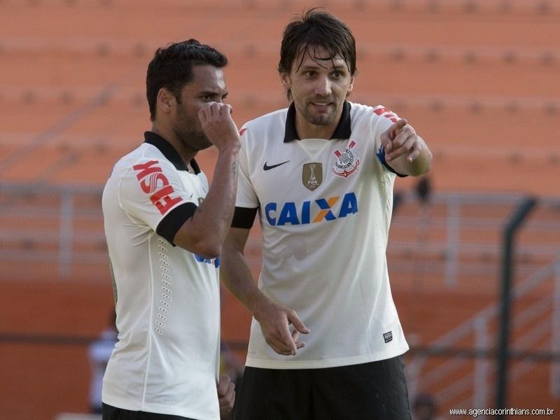 Paulo André, zagueiro do Corinthians, orienta o volante Ibson na partida contra o Náutico