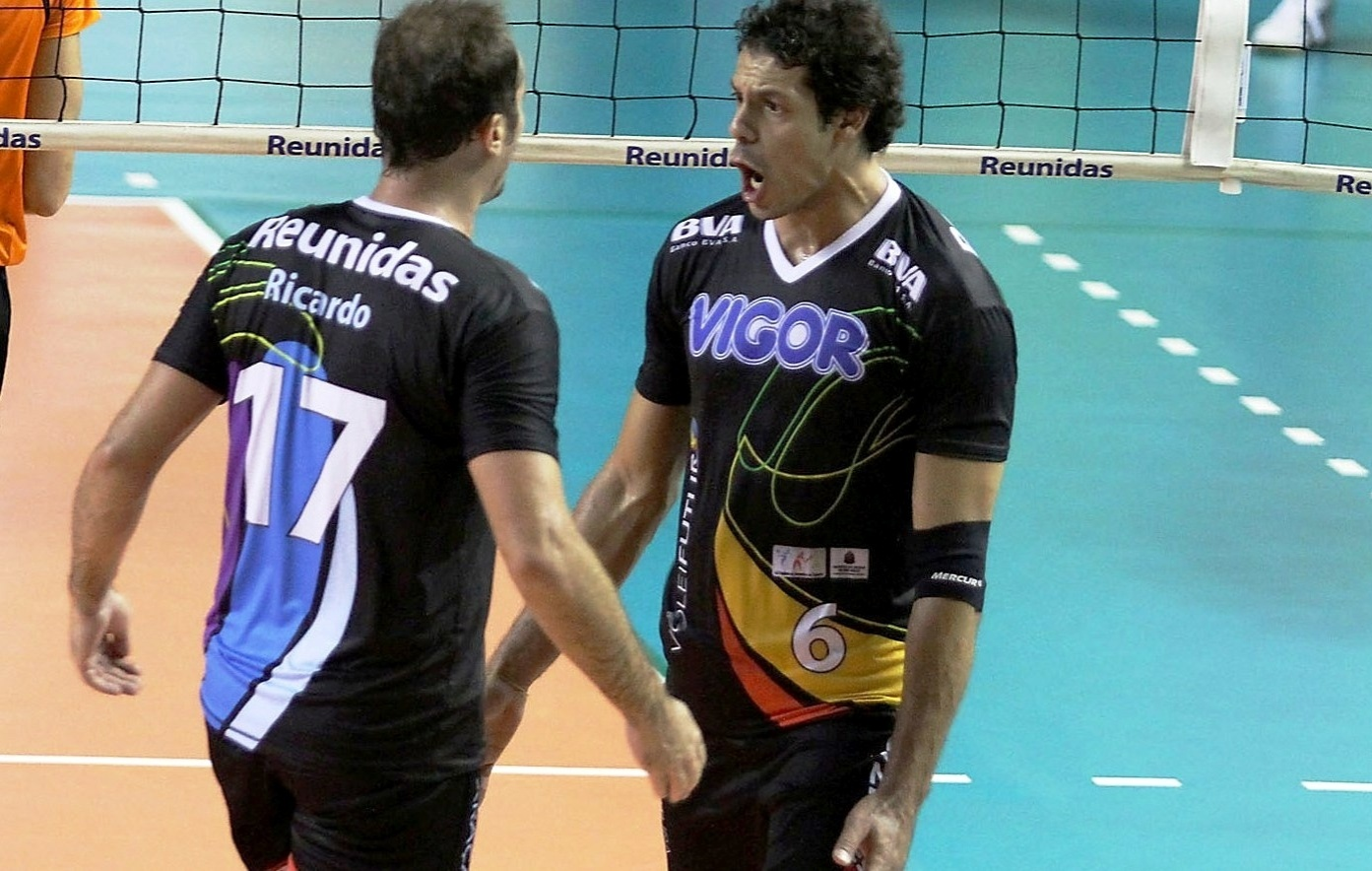 Ricardinho e Lorena comemoram ponto na época em que defendiam o Vôlei Futuro na Superliga
