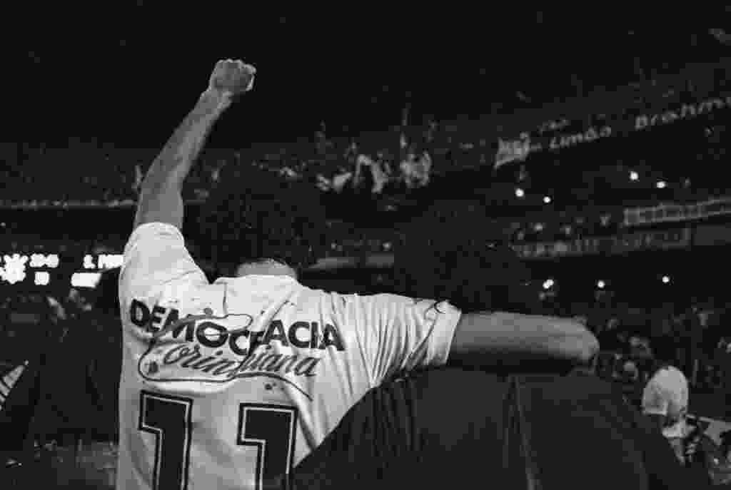 Sócrates comemora título paulista do Corinthians com a camisa da Democracia Corintiana contra o São Paulo em 1983 - Jorge Araújo/Folhapress