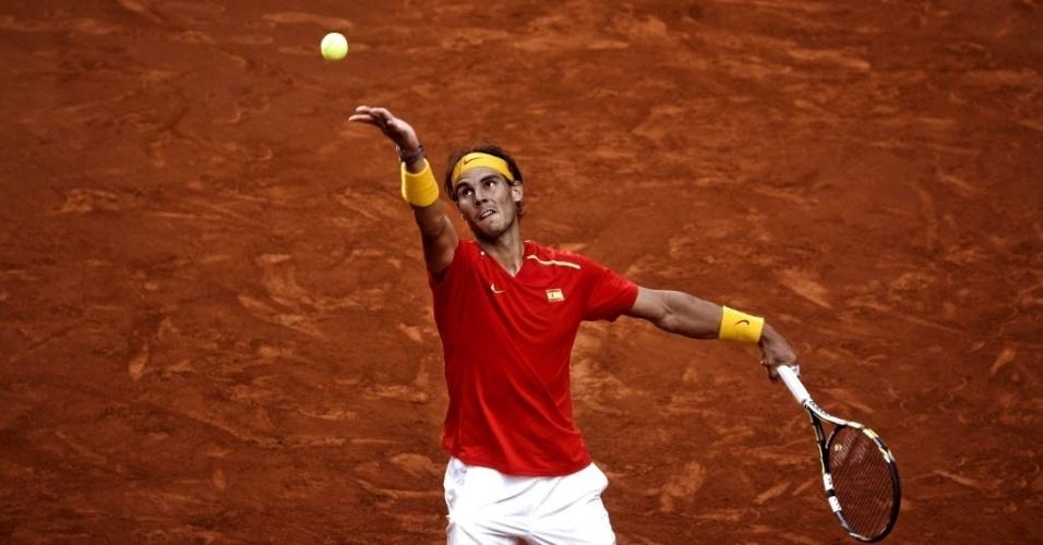 13.set.2013 - Rafael Nadal prepara saque durante a partida contra o ucraniano Sergiy Stakhovsky na Copa Davis