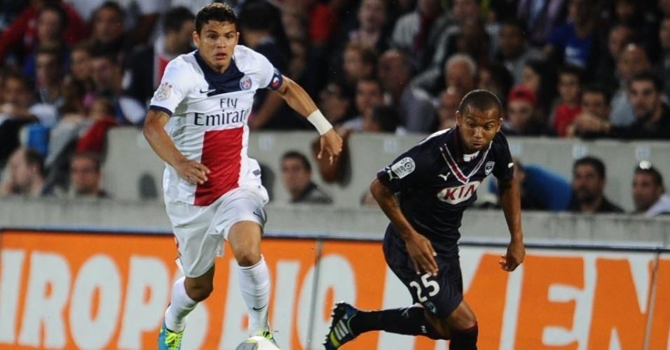 13.set.2013 - Thiago Silva tenta afastar a bola do campo de defesa do PSG em partida contra o Bordeaux