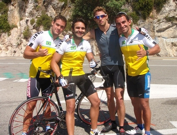 Antonio Pizzonia (segundo da esq. p/dir.) participa de equipe de triatlo