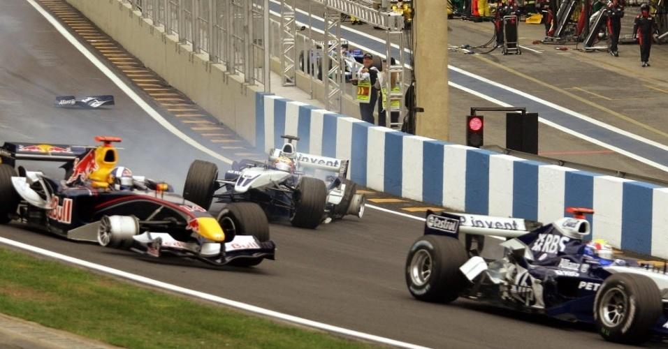 """GP do Brasil, 2005: acidente envolvendo os pilotos David Coulthard (à esq.) da equipe Red Bull, Antonio Pizzonia (centro) e Mark Webber da equipe BMW Williams na curva """"S do Senna"""" durante o GP do Brasil de Fórmula 1."""