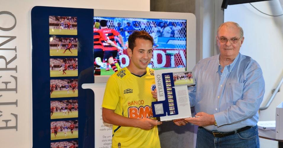 14 setembro 2013 - Everton Ribeiro recebe placa pelo golaço que marcou contra Flamengo do presidente do Cruzeiro, Gilvan Tavares