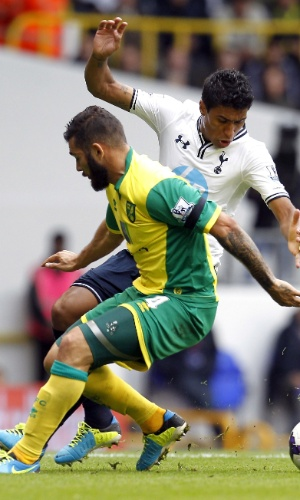 14.09.2013 - Paulinho, do Tottenham, disputa bola com Johnson, na disputa com o Norwich City no Campeonato Inglês