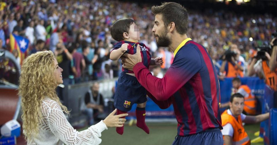 14.09.2013 - Shakira e o pequeno Milan desejam boa sorte a Piqué antes do jogo contra o Sevilla
