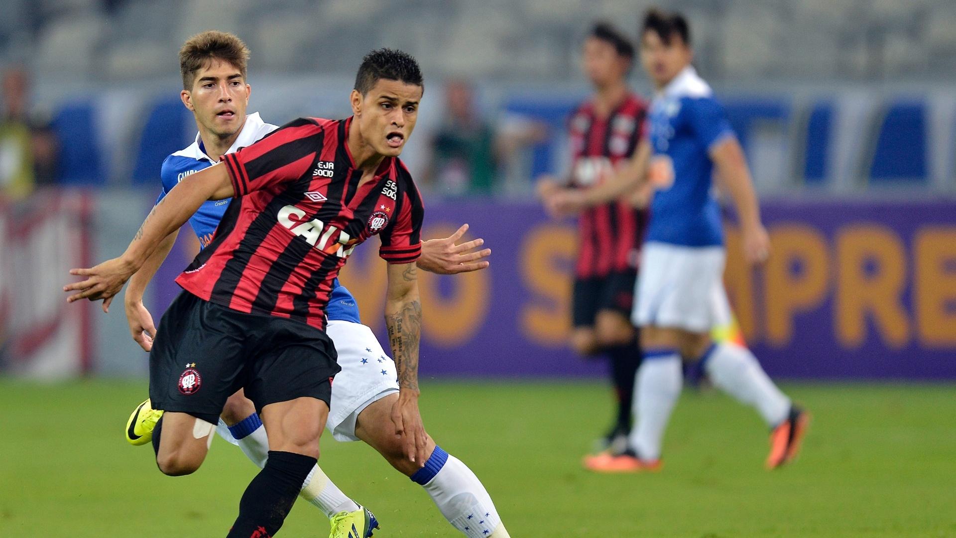 14.set.2013 - Éverton, do Atlético-PR, disputa a bola com Lucas Silva, do Cruzeiro, durante jogo da 21ª rodada