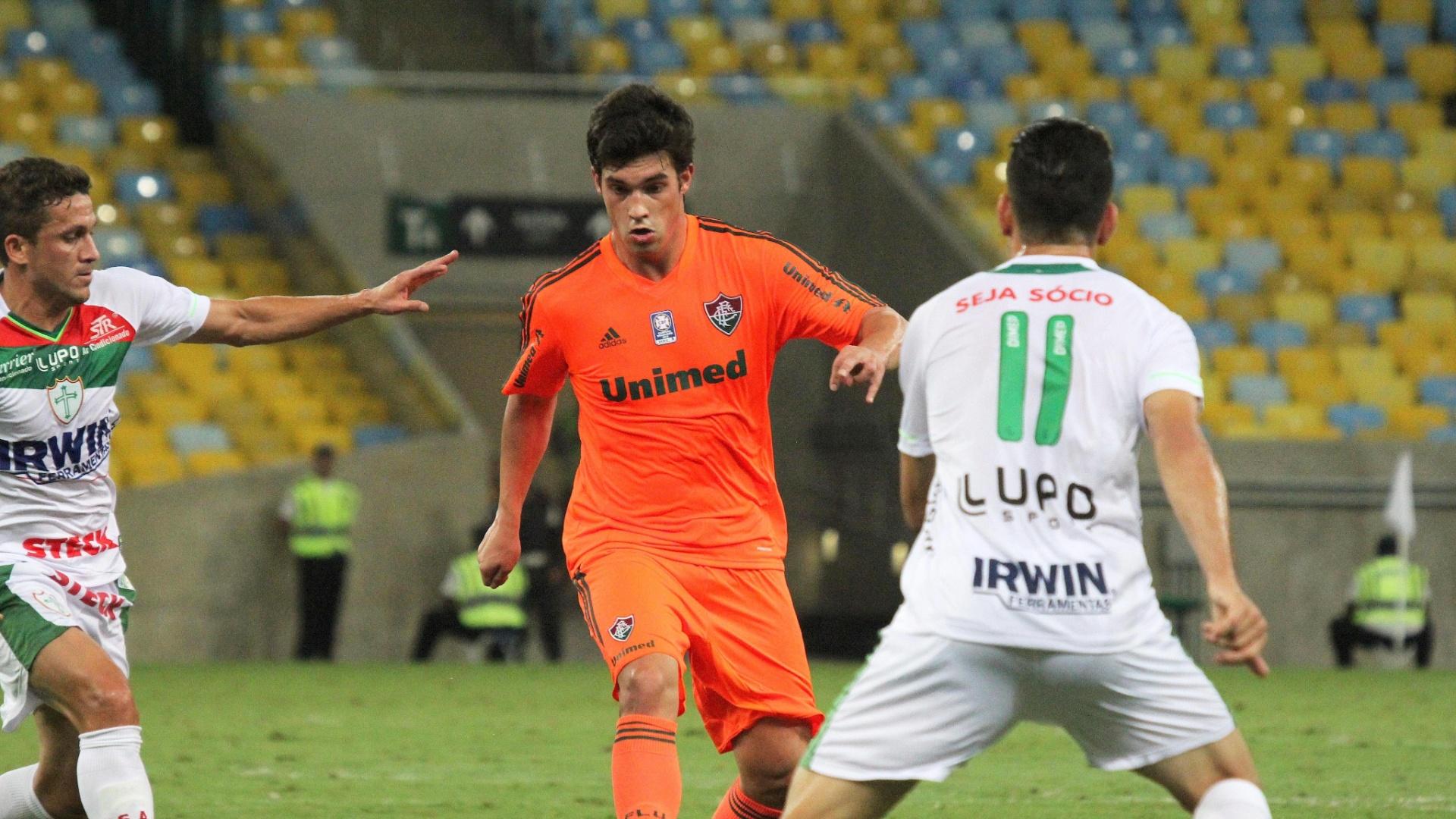 14.set.2013 - Filho de Abel, Fábio Braga, do Fluminense, é cercado por dois jogadores da Portuguesa