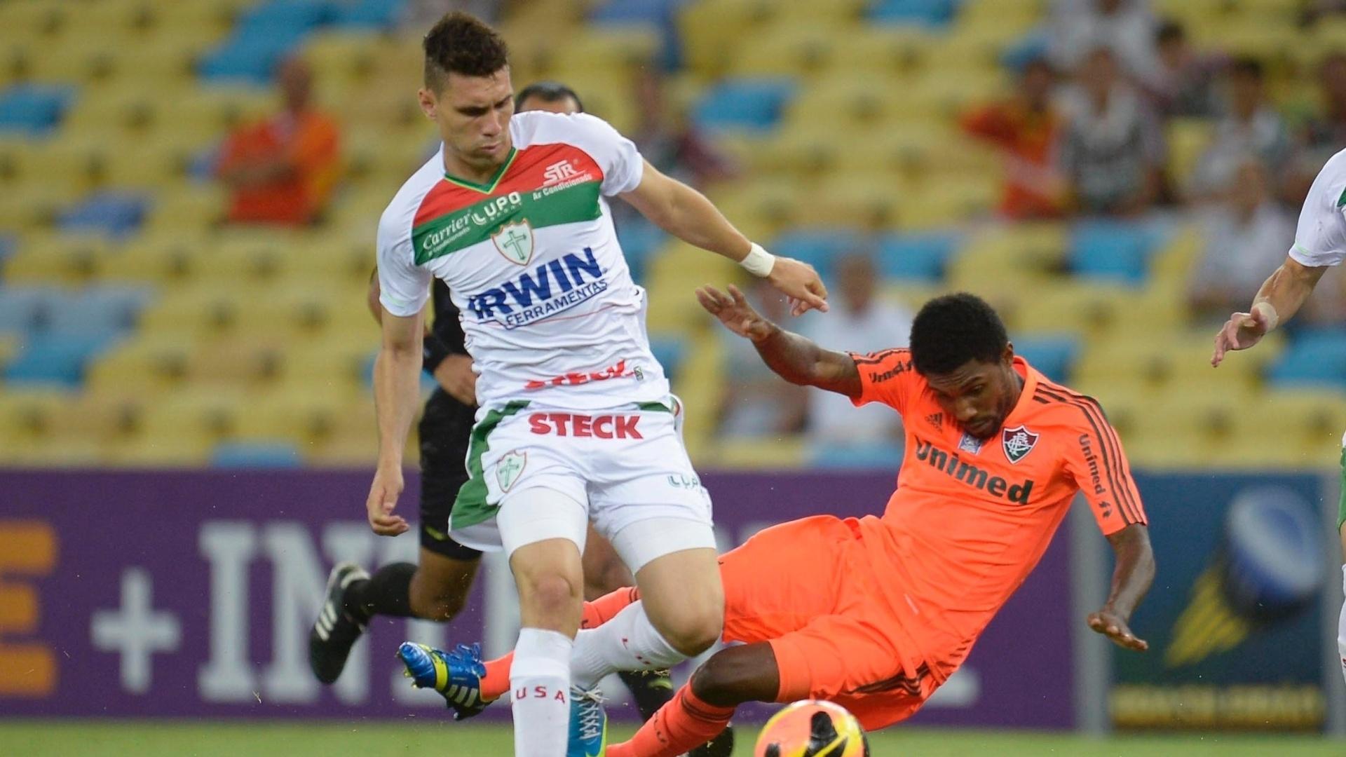 14.set.2013 - Moisés, da Portuguesa, disputa a bola com Rhayner, do Fluminense, durante jogo no Maracanã