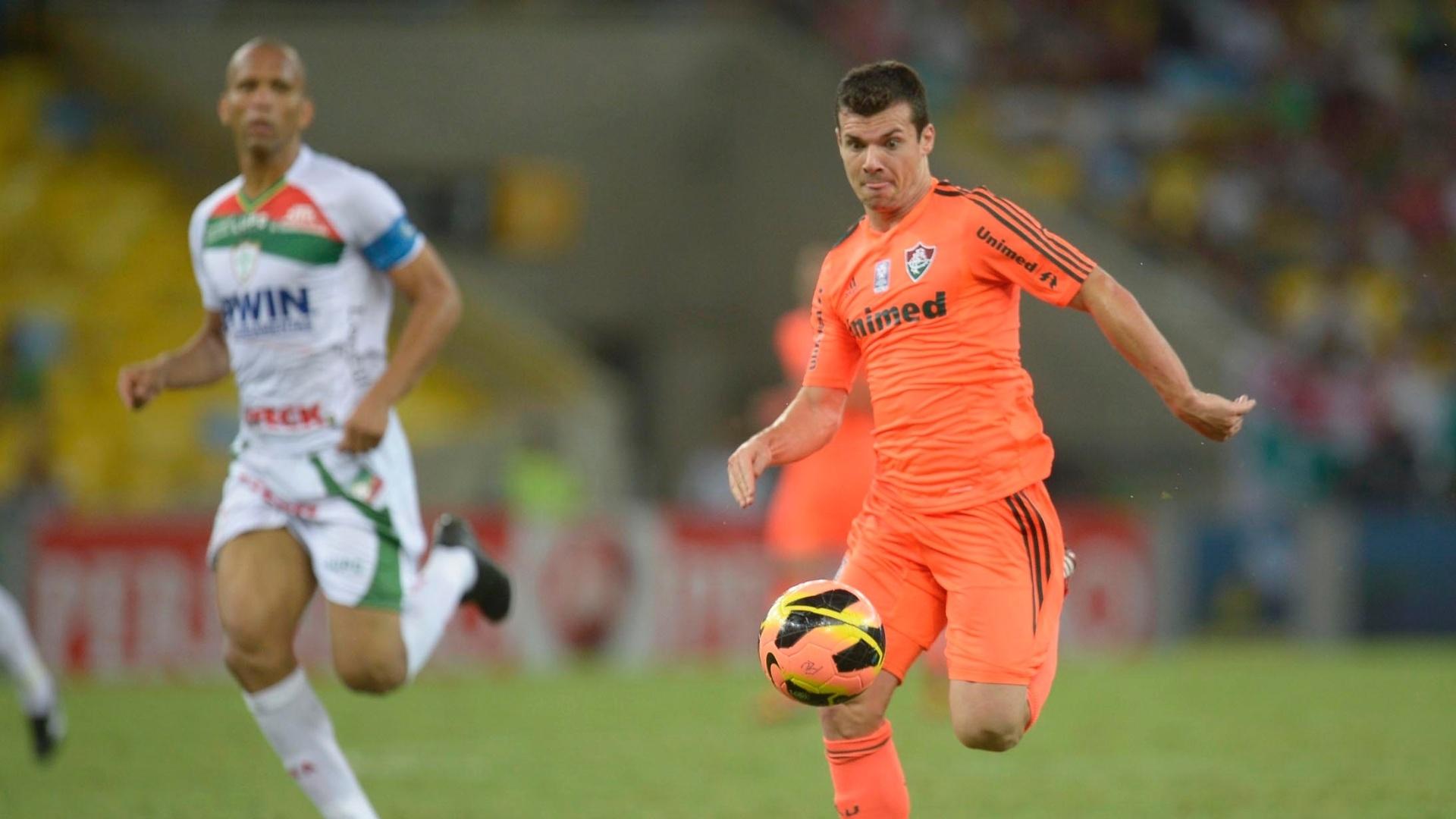14.set.2013 - Seguido de perto por Valdomiro, da Portuguesa, meia Wagner, do Fluminense, conduz a bola no campo do Maracanã