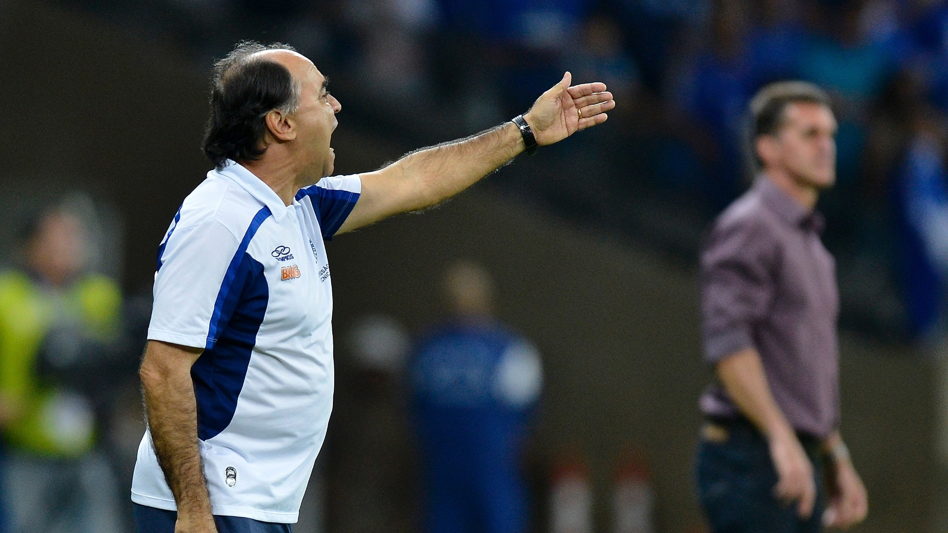 14.set.2013 - Técnicos Marcelo Oliveira, do Cruzeiro, e Vágner Mancini, do Atlético-PR, ficam à beira do campo para dar instruções aos seus times