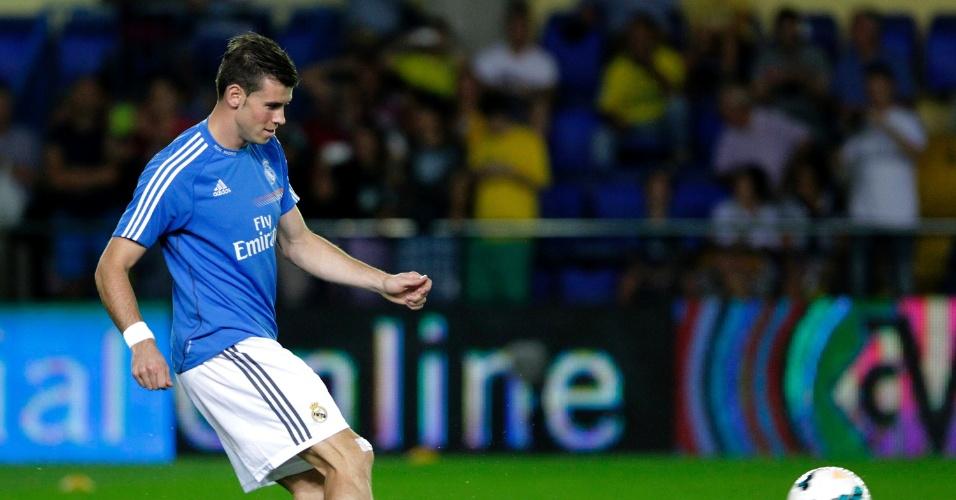19.09.2013 - Gareth Bale, o jogador mais caro da história, aquece antes de sua estreia no Real Madrid na partida contra o Villarreal