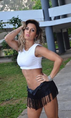A ring girl, Lia Khey, posa para fotos do Jungle Fight 58