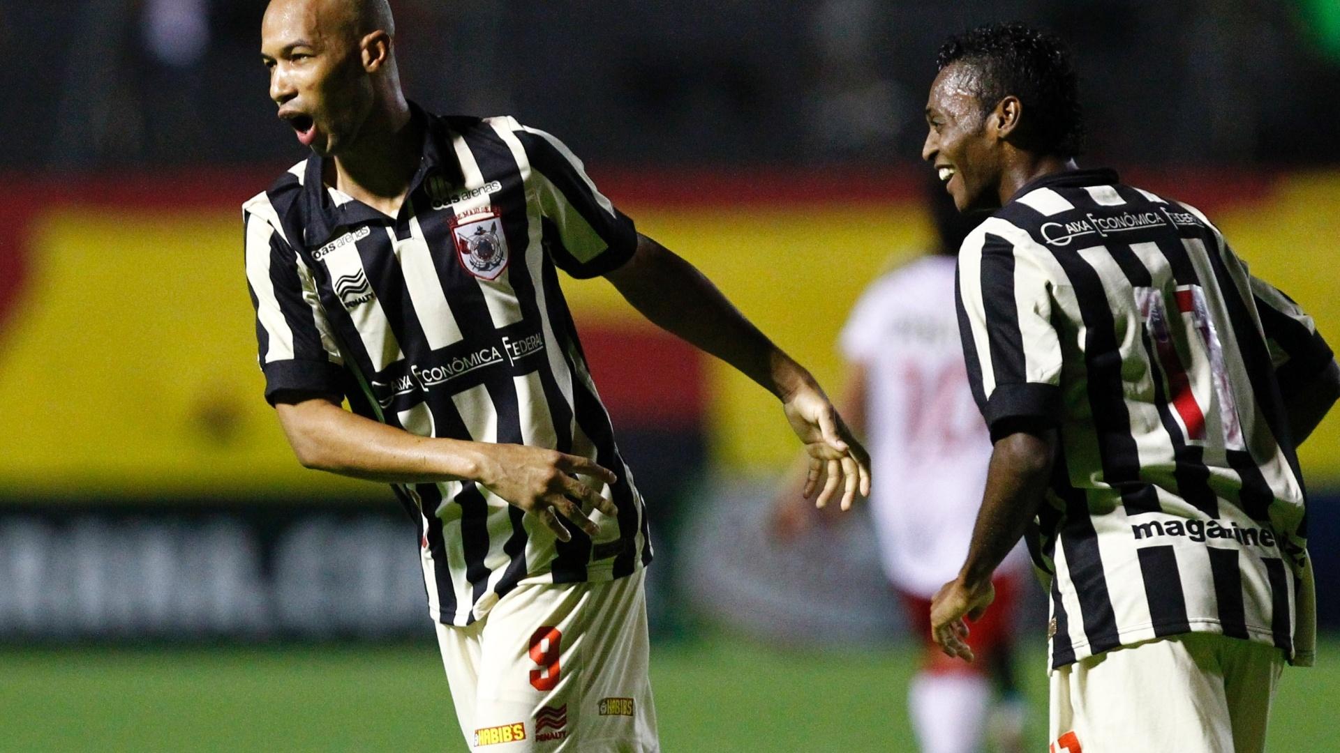 15.set.2013 - Atacante Dinei comemora após marcar para o Vitória contra o Náutico em partida do Brasileirão