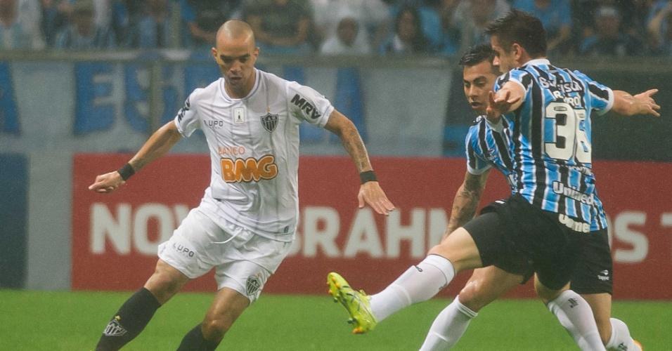 15.set.2013 - Diego Tardelli tenta armar a jogada durante partida do Atlético-MG contra o Grêmio pelo Brasileirão