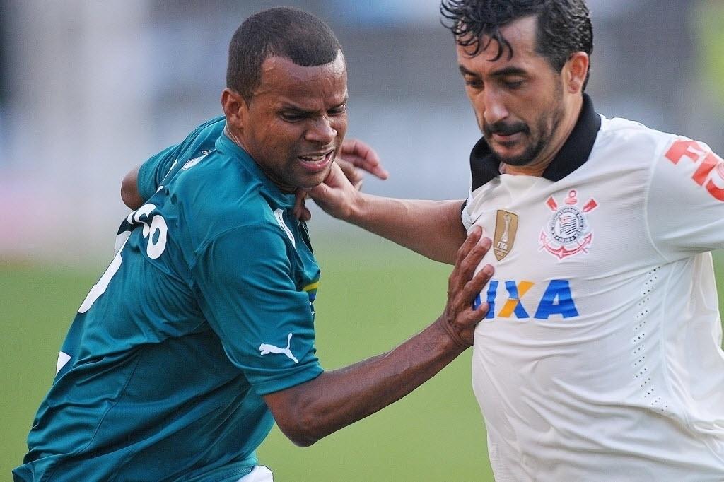 15.set.2013 - Douglas (dir.) disputa bola com Vitor em partida do Corinthians contra o Goiás pelo Brasileirão