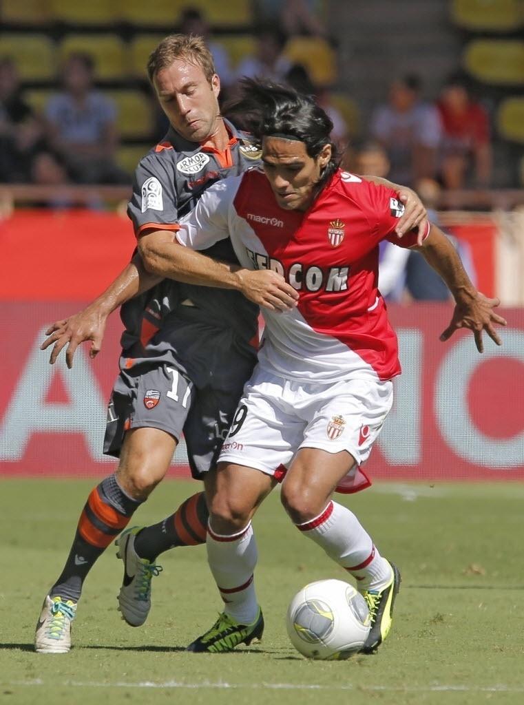 15.set.2013 - Falcao Garcia, atacante do Monaco, protege a bola da marcação de Maxime Baca, do Lorient