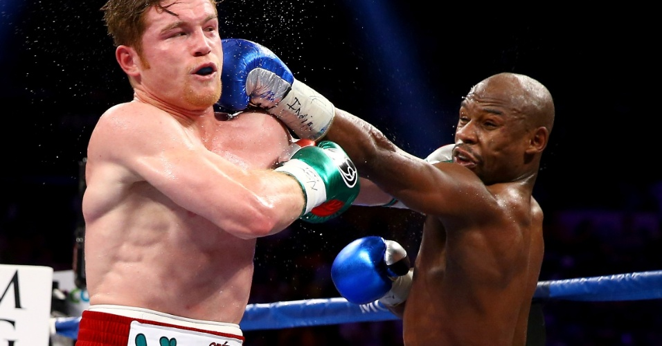 15.set.2013 - Floyd Mayweather acerta golpe no rosto de Saul Canelo Alvarez durante luta em Las Vegas
