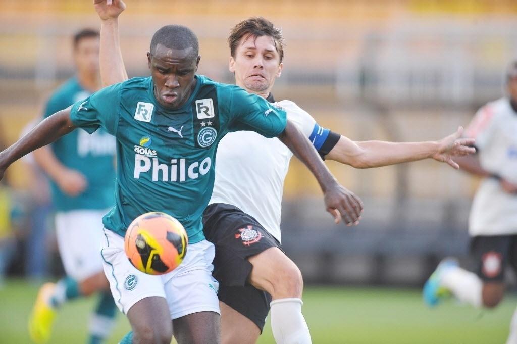15.set.2013 - Hugo, marcado por Paulo André, fez o gol na partida entre Goiás e Corinthians no Pacaembu