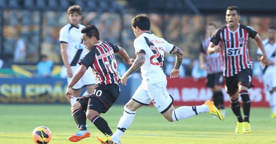 15.set.2013 - Jadson tenta armar a jogada para o São Paulo contra o Vasco pelo Brasileirão