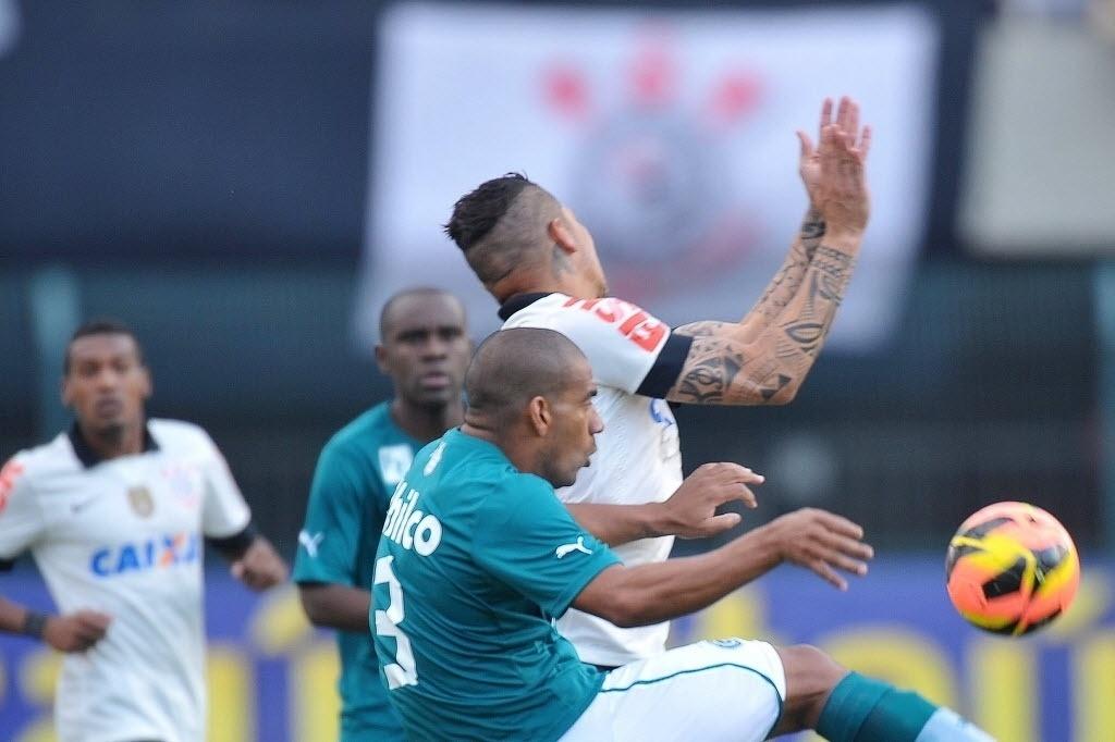 15.set.2013 - Paolo Guerrero disputa a bola com o zagueiro Rodrigo na partida entre Corinthians e Goiás pelo Brasileirão