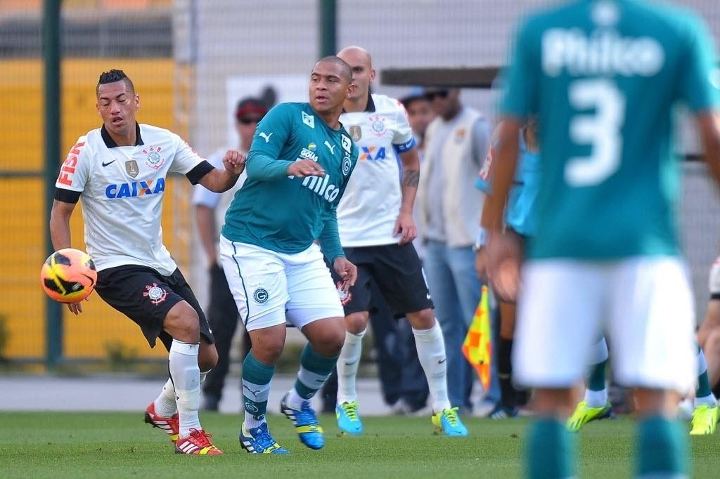 15.set.2013 - Ralf (esq.), do Corinthians, disputa a bola com o atacante Walter, do Goiás, em partida do Brasileirão