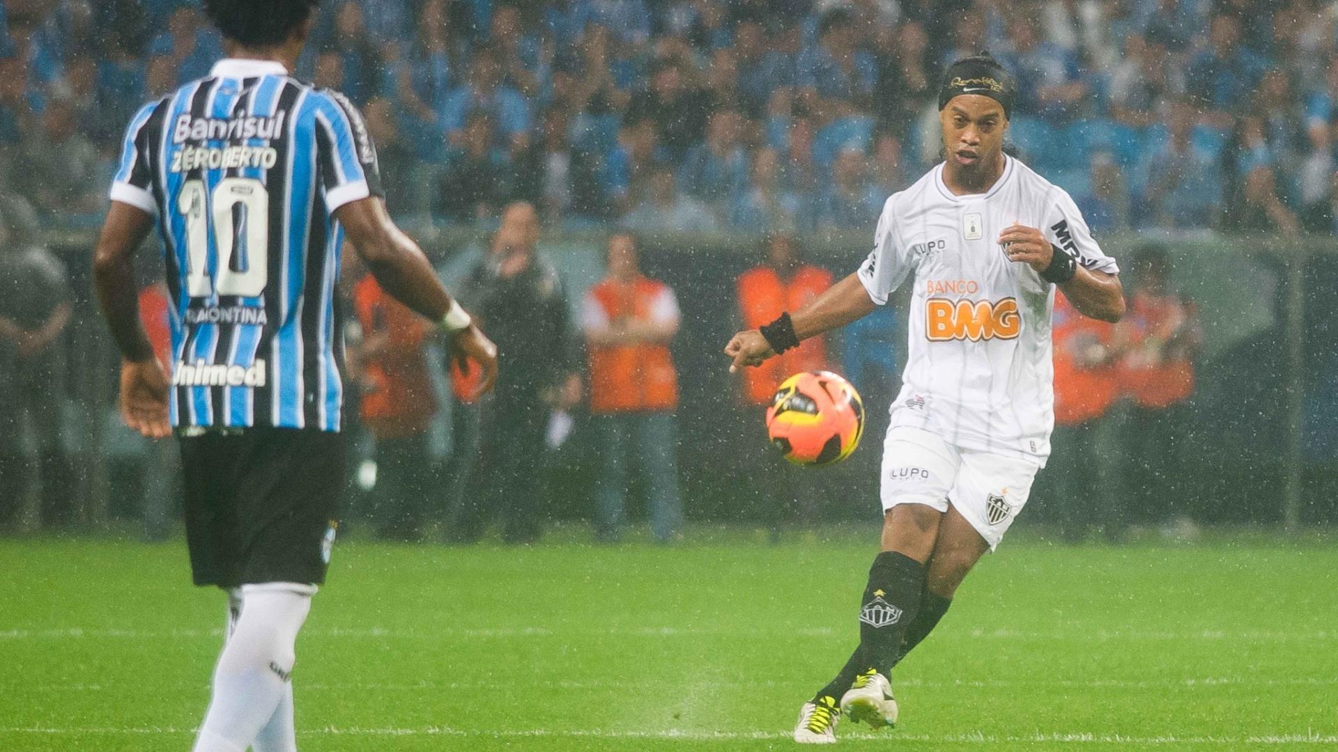 15.set.2013 - Ronaldinho Gaúcho tenta armar o jogo para o Atlético-MG na partida contra o Grêmio neste domingo