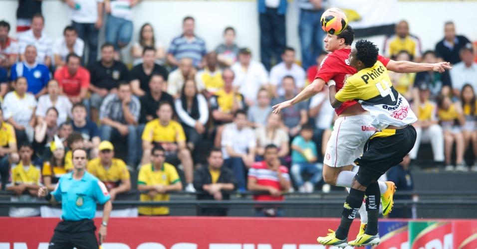 Damião divide pelo alto com Leonardo durante Criciúma x Inter, no Heriberto Hülse (15/09/13)