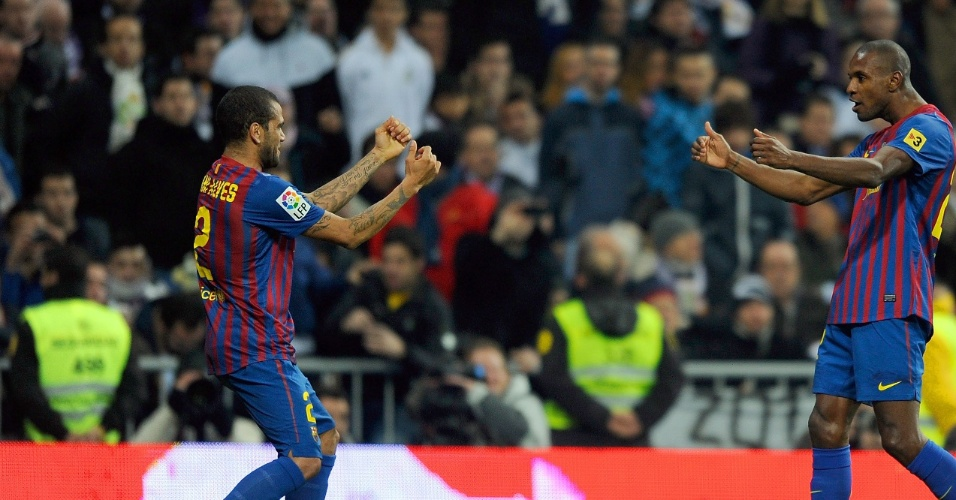 Daniel Alves e Eric Abidal na época em que jogavam juntos pelo Barcelona