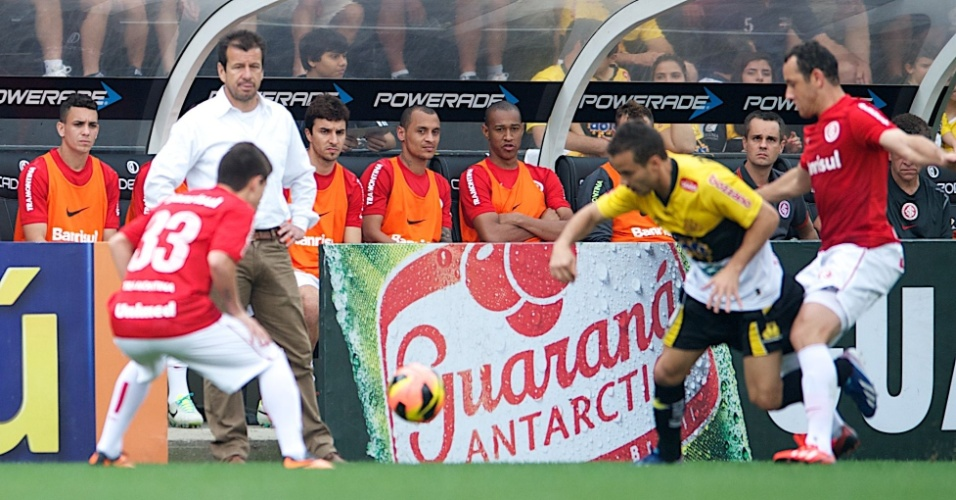 Dunga observa dividida durante jogo Inter x Criciúma (15/09/2013)