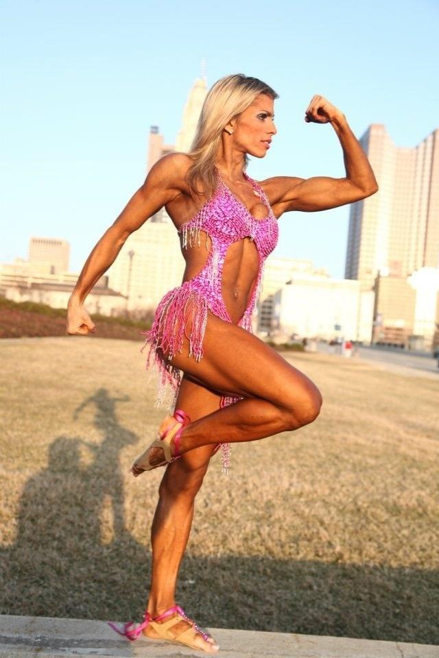 A goiana Janaína Matos não é só um rosto bonito: tem também um corpo sarado e muito talento para a dança. Ela junta tudo isso no fitness coreográfico, uma modalidade do fisiculturismo que busca mostrar um lado mais delicado de suas mulheres