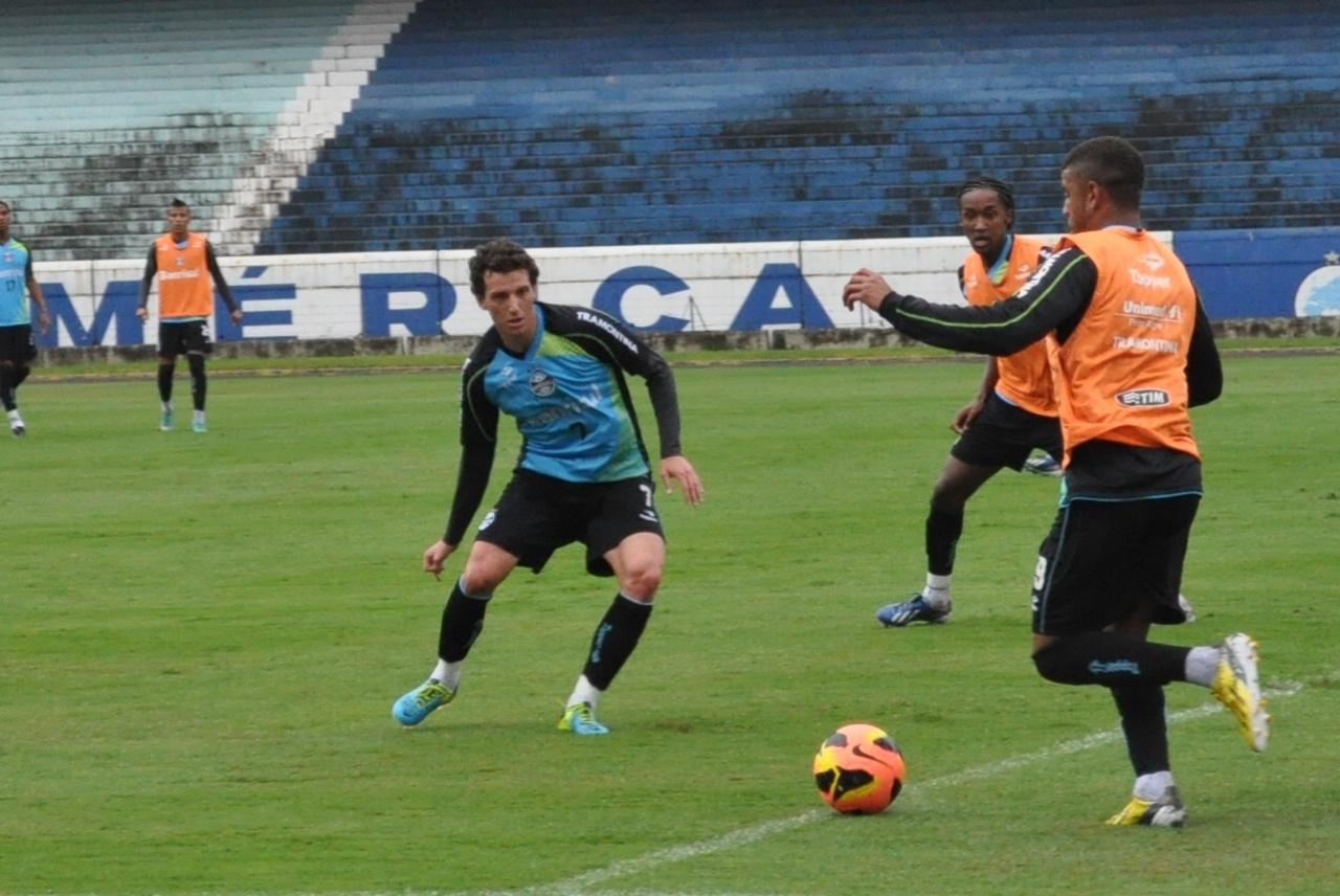 Elano volta a realizar treinamento coletivo no Grêmio (16/09/2013)