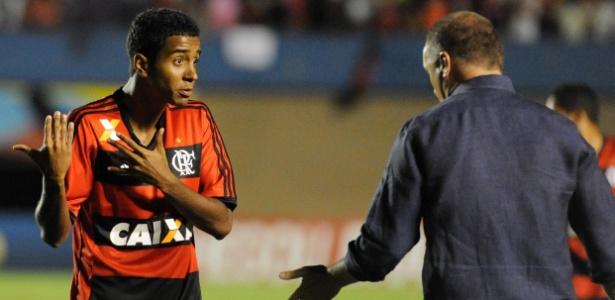 O meia Gabriel conversa com o técnico Mano Menezes durante a temporada de 2013