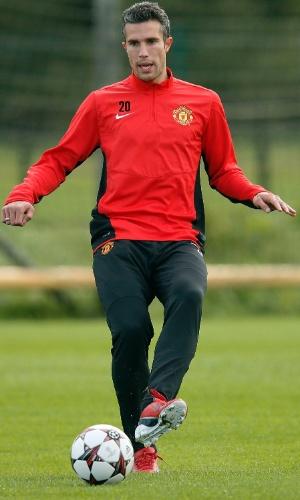 16.set.2013 - Robin van Persie toca a bola durante treino do Manchester United
