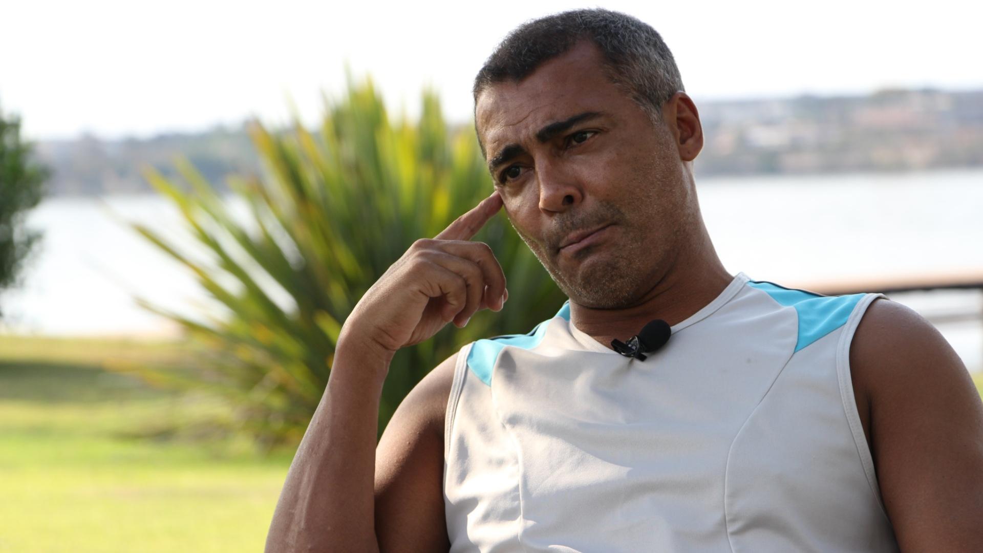 16.set.2013 - Romário pensa durante resposta em entrevista ao UOL Esporte na sua casa em Brasília