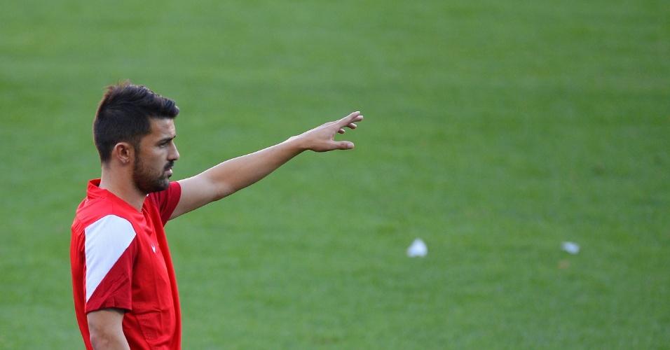 17.set.2013 - David Villa orienta seus companheiros de equipe durante treino do Atlético de Madrid