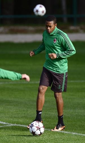 17.set.2013 - Robinho domina a bola durante treino do Milan